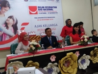 Head of Professional Relationship Oral Care, PT Unilever Indonesia Tbk, drg Ratu Mirah Afifah didampingi Dekan FKG, drg R Setyohadi dan Ambassador Pepsodent dan mantan Puteri Indonesia 2004, Artika Sari Devi (fd)
